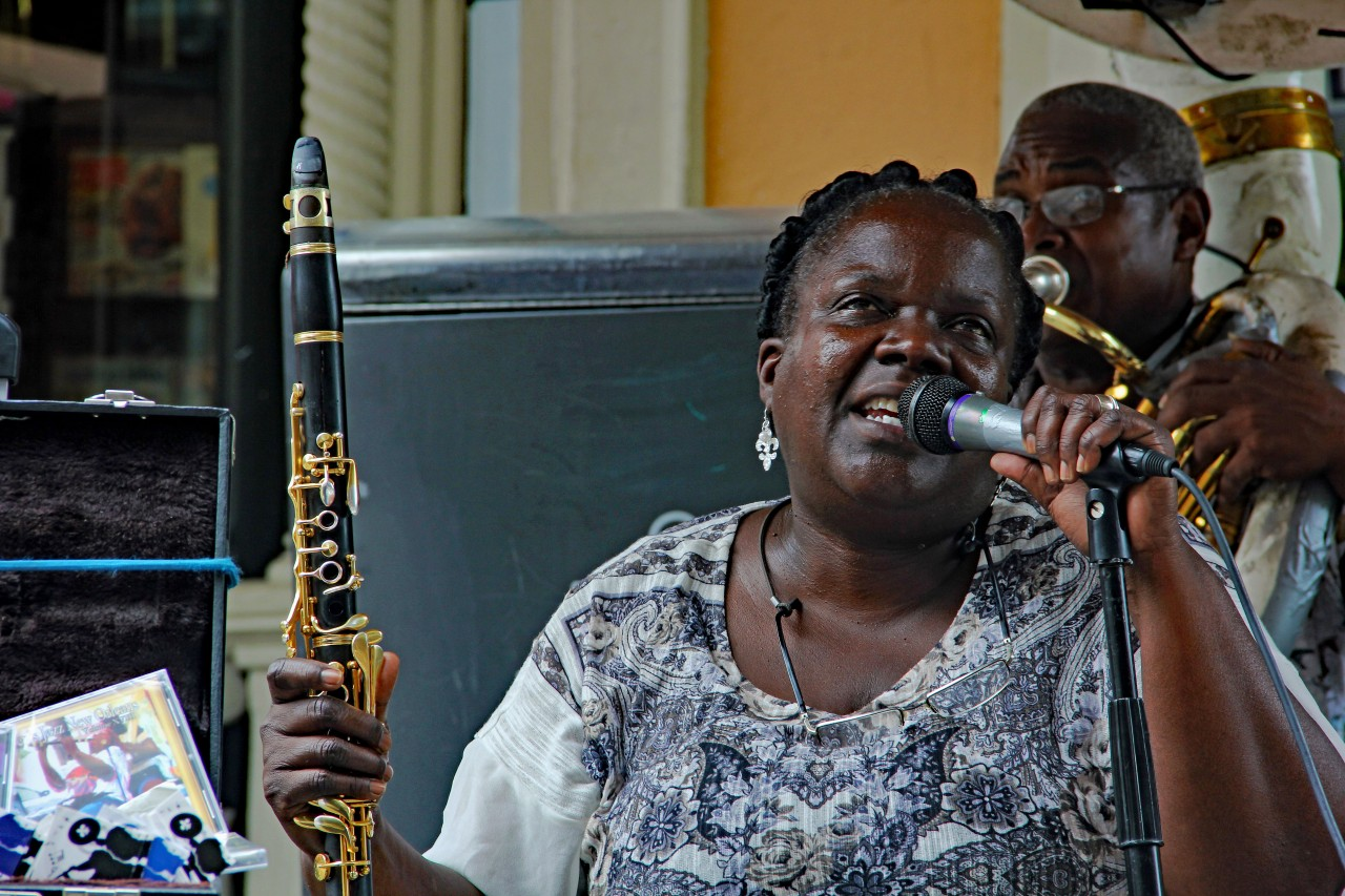 Clarinet woman singing